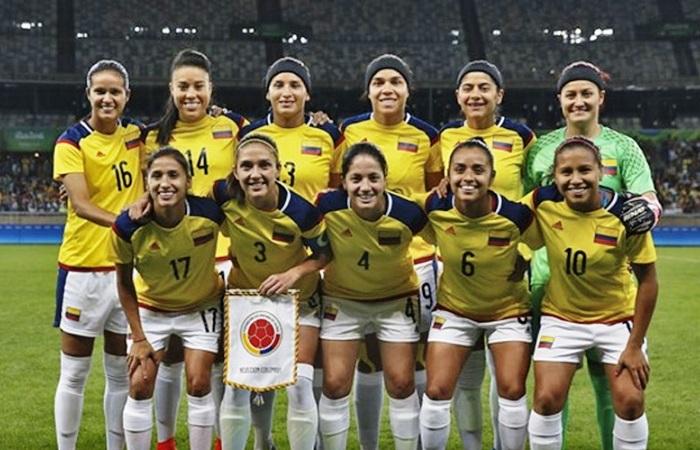 Vrouwenselectie voetbal met opgeheven hoofd naar huis